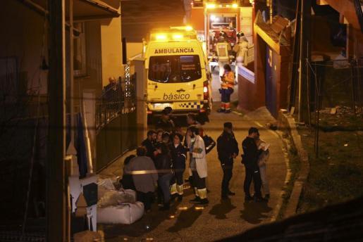 Policía, servicios de emergencia y vecinos, en el exterior de la vivienda, situada en Chapela, Redondela (Pontevedra), en la que al menos dos personas, ambas mayores de edad, han fallecido este lunes tras una explosión.