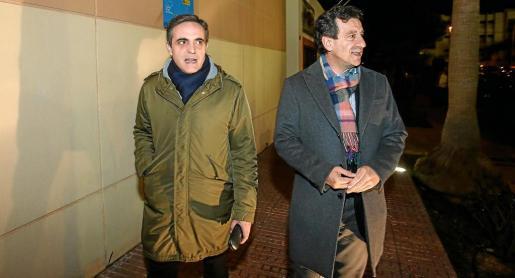 El candidato a presidir el PP balear, Biel Company, junto a Marí Bosó a su llegada al centro cultural de Puig d'en Valls.