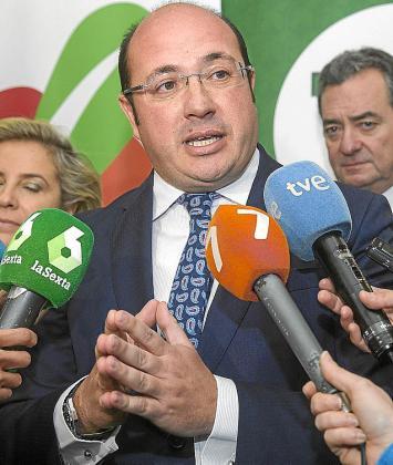 Pedro Antonio Sánchez, con la prensa.