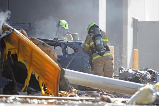Miembros de los servicios de emergencia trabajan el sitio de donde la avioneta se estrelló