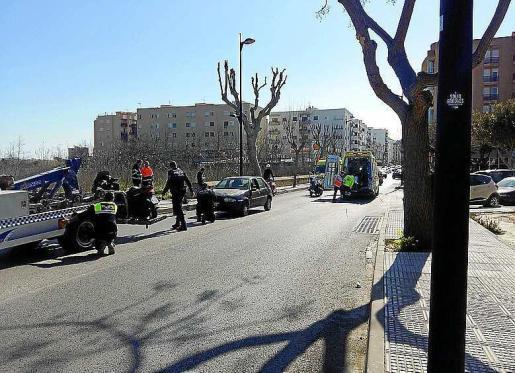 El acceso a Vila quedó cortado durante unos 30 minutos para facilitar la atención médica a los dos heridos que quedaron tendidos sobre el asfalto.