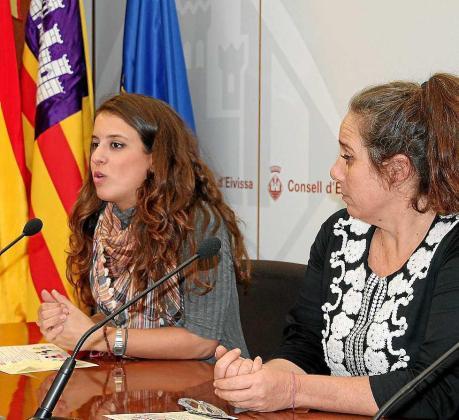 Gloria Santiado, directora insular de Transparencia, junto a Viviana de Sans.