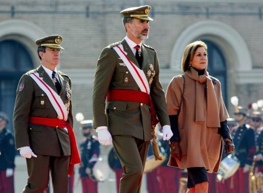 El rey Felipe VI, la ministra de Defensa, María Dolores de Cospedal (d), y el Jefe de Estado Mayor del Ejército de Tierra (JEME), general Jaime Domínguez Buj (i), hacen su entrada en el Patio de Armas de la Academia General Militar de Zaragoza al inicio del acto conmemorativo del 75 Aniversario de su fundación.