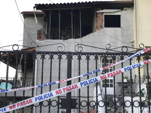 Vivienda en Redondela (Pontevedra), afectada por una explosión de gas y posterior incendio. La Policía cree que hubo un episodio de violencia machista y que el siniestro pudo haber sido provocado.