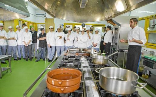 Imagen de uno de los cursos de hostelería que actualmente se imparten en el Instituto Mª Àngels Cardona de Ciutadella para jóvenes.