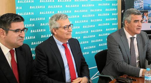 Adolfo Utor, junto al director de Explotación, Manuel Pérez, y el director comercial, José Vicente Herrero.