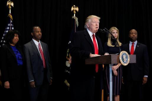 El presidente de EEUU Donald Trump, flanqueado por Ben Carson, Candy Carson, Ivanka Trump y Tim Scott durante un acto en el Museo de Historia Americana de Washington.