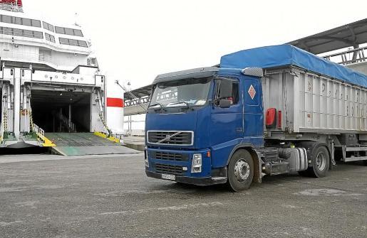 Desde el verano pasado los fangos de las depuradoras de Ibiza se envían a la Península en barco.