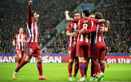 Los jugadores del Atlético de Madrid celebran la anotación de su segundo golante el Bayer Leverkusen.