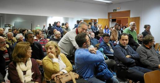 Un centenar de personas llenaron la sala de Can Ventosa donde se celebró anoche la primera asamblea de la asociación del Eixample Nou.