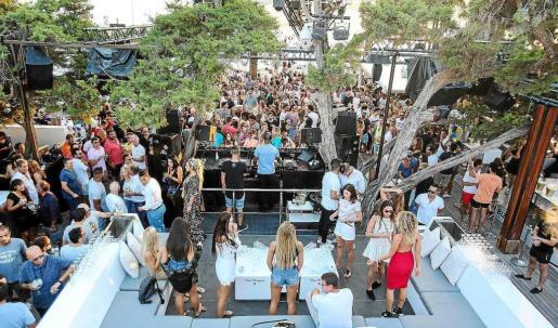 Vista general de un conocido 'beach club' ubicado en la costa del municipio de Sant Josep. Foto: TONI ESCOBAR