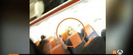 La Infanta, durante el vuelo en un asiento de clase turista.