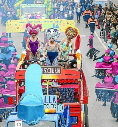 Una alegre fotografía de la rúa de Carnaval de Santa Eulària.