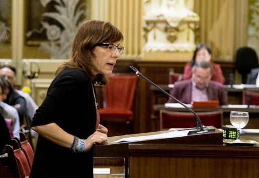 La portavoz de Podemos en el Parlament Balear, Laura Camargo, durante una intervención en la Cámara.