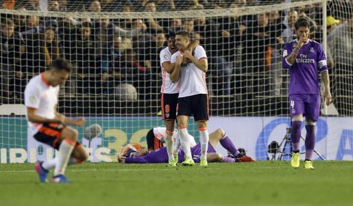 Los jugadores del Valencia celebran su victoria sobre el Real Madrid, durante el partido aplazado de la 16 jornada de Liga en Primera División.