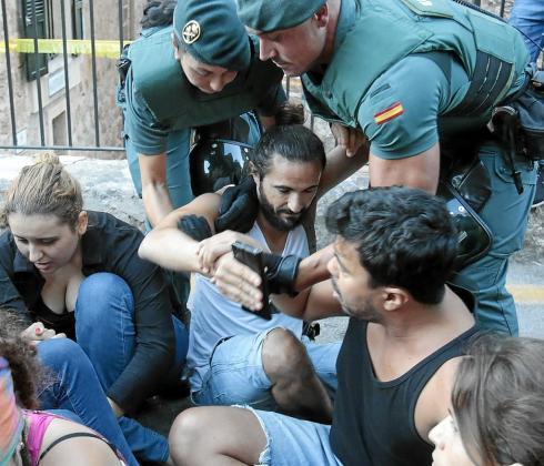 Momento en el que la Guardia Civil desaloja a Baltasar Picornell del Correbou de Fornalutx.