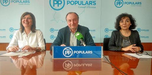 Los consellers populares Pepa Costa, Mariano Juan y María Ferrer, ayer durante la rueda de prensa.