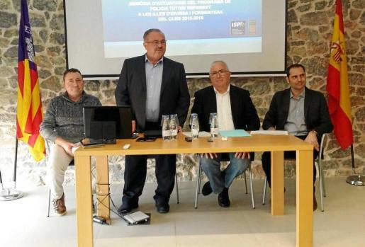 Piera, 'Carraca', Perelló y Covas durante la presentación ayer en Sant Joan de la memoria de actuaciones de los policías tutor de las Pitiusas.