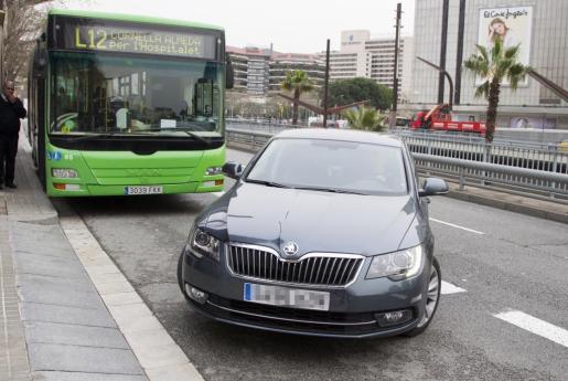 El vehículo de la infanta Cristina, que habitualmente reside en Ginebra, a su llegada este jueves a la sede de la Fundación La Caixa, en Barcelona.