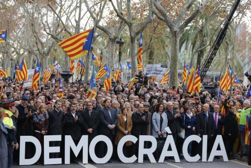Cargos electos del soberanismo y de entidades independentistas, a su llegada al Tribunal Superior de Justicia de Cataluña donde Forcadell declaró como investigada por desobedecer al Tribunal Constitucional.