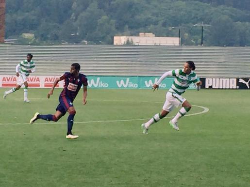 Lubanzadio, a la izquierda de la imagen, vistiendo la camiseta del Eibar.