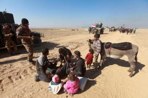 Los iraquíes desplazados huyen de sus hogares durante una batalla con militantes islámicos, en Mosul.