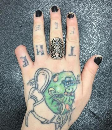 En la imagen, la mano izquierda de la joven sin el dedo meñique.