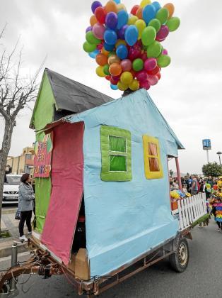 La carroza de 'Up' del colegio Ses Planes inauguró el Carnaval 2017.