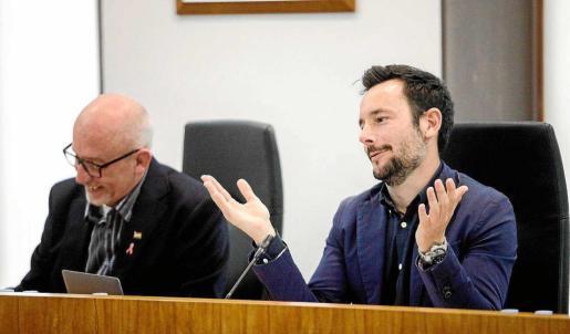 El alcalde de Vila, Rafa Ruiz, responde a los argumentos de la oposición durante el pleno que se celebró ayer. Foto: DANIEL ESPINOSA