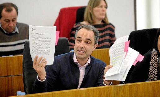 Álex Minchiotti, durante el debate sobre el albergue, compara los dos pliegos de condiciones del servicio. Foto: DANIEL ESPINOSA