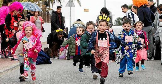 Los pequeños 'mariol•los' corrieron por los alrededores del colegio. Foto: DANIEL ESPINOSA