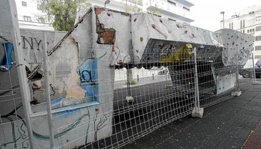 Una vista exterior de la instalación, cuyo vallado no impide la entrada de personas para hacer uso del rocódromo.