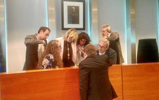 Momento en que los consellers de Podem-Guanyem y PSOE analizan la propuesta sobre alojamientos turísticos en rústico. Foto: R. J. P.