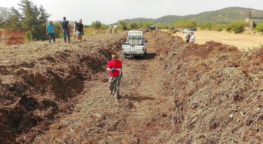 Santa Eulària saca provecho de los lodos de la depuradora haciendo compostaje en una finca agrícola.