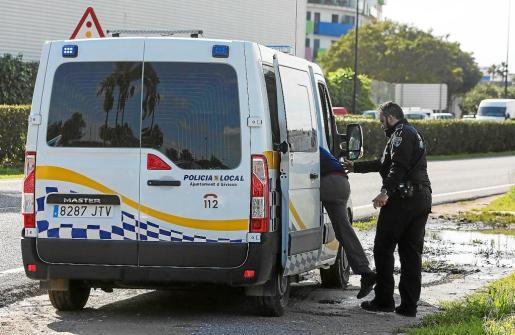 La unidad de atestados de la Policía Local de Vila fue requerida para realizar las pruebas de alcoholemia.