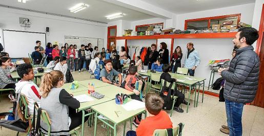 Los alumnos de quinto de primaria de sa Blanca Dona recibieron la visita del alcalde.
