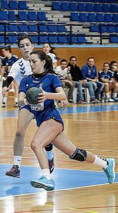 Flor Dumitrescu avanza con el balón.