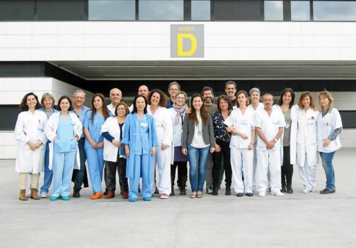 Los integrantes de la Unidad de Seguridad del Paciente, ante la puerta de entrada.