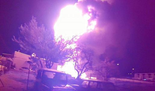 Los bomberos necesitaron tres horas para poder sofocar el fuego que afectó a nueve vehículos.