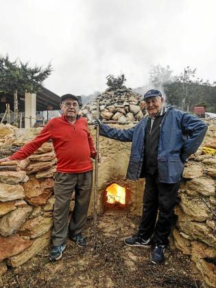 Pep de Sa Plana y Mariano de Ca Xerra han enseñado a construir el 'forn de calç'.