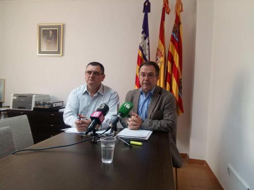 MARTES: Josep Marí Ribas 'Agustinet', alcalde de Sant Josep, ofreció explicaciones en rueda de prensa junto al concejal de Urbanisme, Ángel Luis Guerrero.