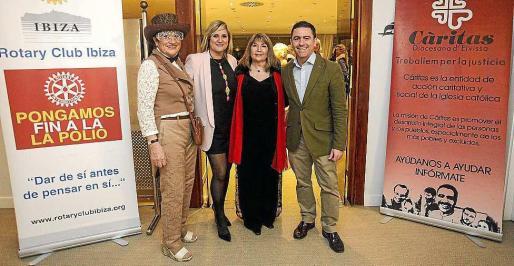 Marta Díaz junto a Marienna Sánchez Jáuregui y Miquel Jerez, miembro de la Mesa del Parlament. Foto: DANIEL ESPINOSA