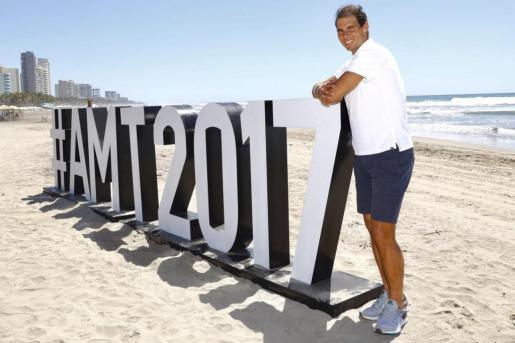 El español Rafael Nadal, sexta raqueta del mundo, en la playa de Acapulco, donde participará a partir del lunes en el Abierto Mexicano de Tenis.