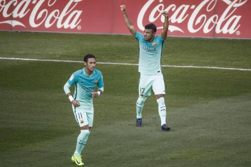 """El delantero brasileño del FC Barcelona Rafa Alcantara do Nascimento """"Rafinha"""" celebra su gol ante el Atlético de Madrid."""