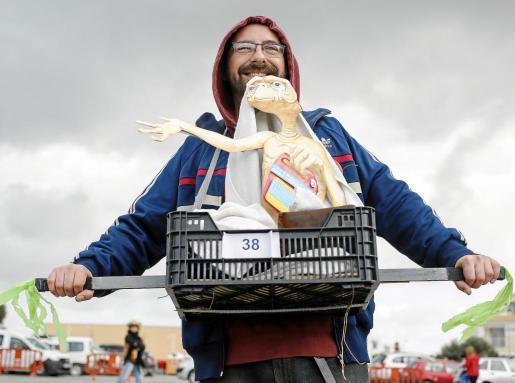 Una antigua película (ET) sirvió a este participante para preparar un disfraz original durante el desfile que se celebró en Sant Francesc.