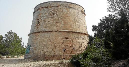 El Ayuntamiento de Sant Joan quiere que la torre de Portinatx recupere su esplendor y pueda ser visitada por dentro en el futuro.