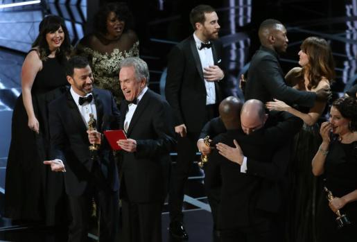 La entrega del Oscar a la mejor película ha sido de lo más movido después de que el actor Warren Beatty anunciase por error que la ganadora era 'La La Land' y tener que corregir para darle la estatuilla finalmente a 'Moonlight'.