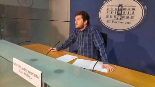 El diputado por Podemos Alberto Jarabo durante la rueda de prensa que ha ofrecido este lunes en Palma.