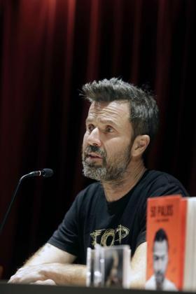 Entre flashes de fotógrafos, cámaras de televisión y periodistas con libreta, el cantante de Jarabe de Palo, Pau Donés, ha presentado «50 Palos», su nuevo disco, su nuevo libro y una gira.