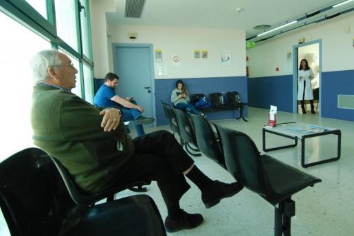Algunos pacientes esperan su turno para que los visite el médico de cabecera en un centro de salud menorquín.